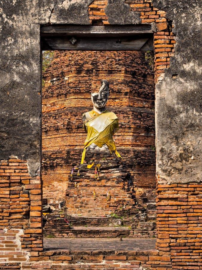 Antyczna Buddha statua przy Rujnującą świątynią, Ayutthaya, Tajlandia obrazy royalty free