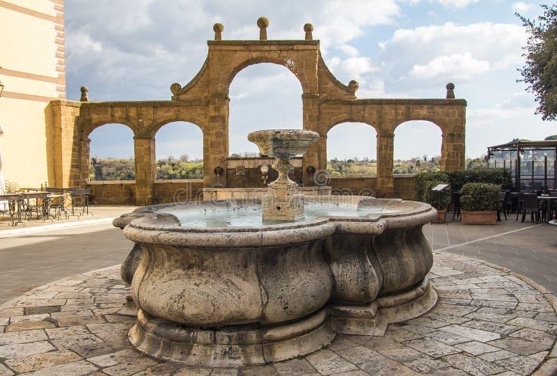 Antyczna fontanna na historycznym centrum Pitigliano obraz stock