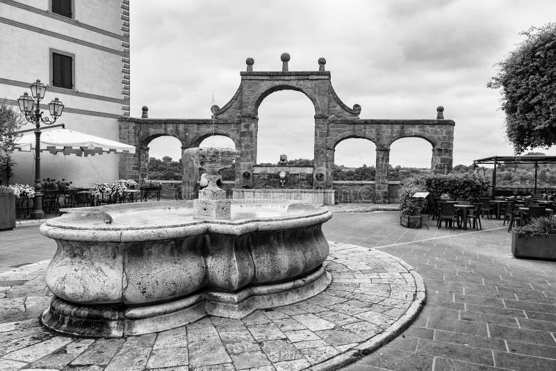 Antyczna fontanna na historycznym centrum Pitigliano, Tuscany, fotografia royalty free
