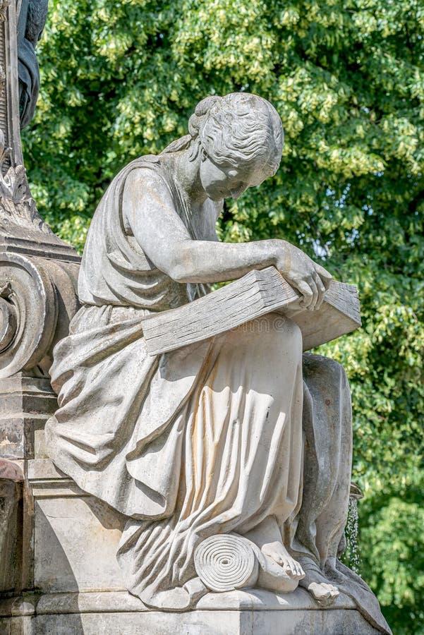 Antyczna fontanny statua zmysłowa Włoska Renesansowa ery kobieta czyta dużą książkę, Magdeburska, Niemcy obraz royalty free