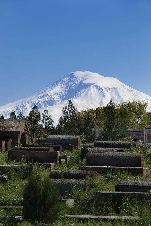 Antyczna gravestones, tła Ararat, Masis, Etchmiadzin katedra, Armenia obraz royalty free