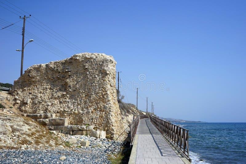 Antyczna kamienna ściana na wybrzeżu obraz stock