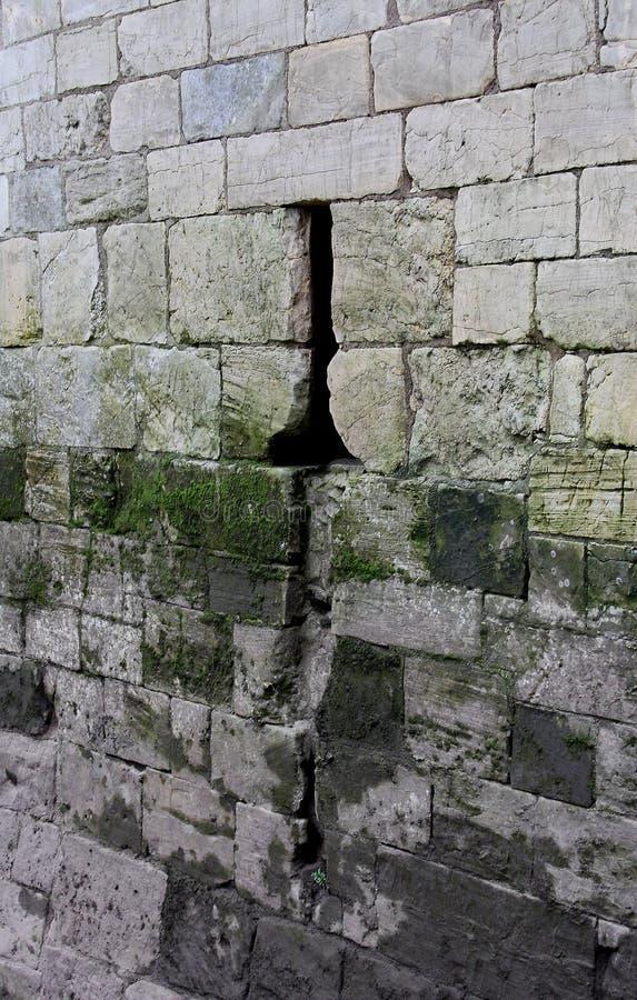 Antyczna Kamienna ściana z strzała rozchyleniem obraz stock