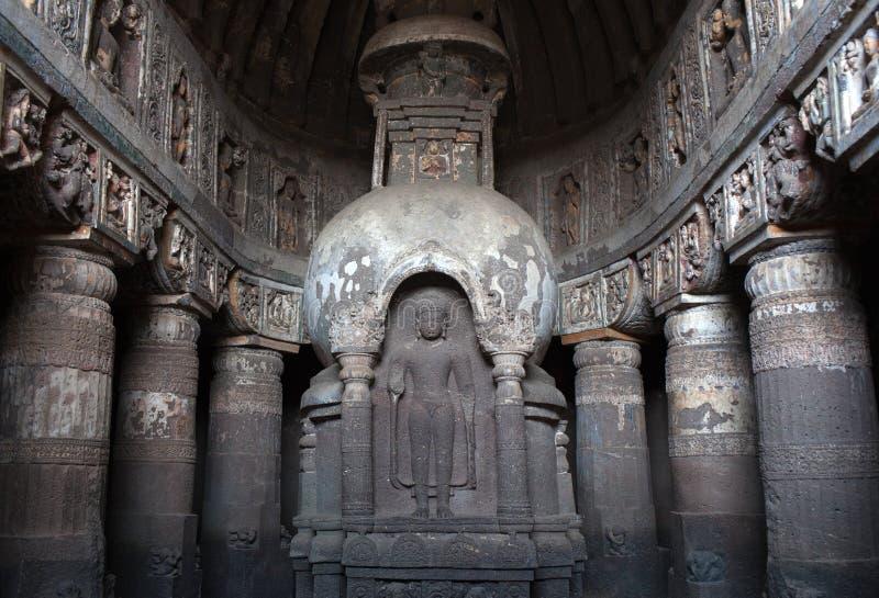Antyczna kamienna buddhists stupa w Ajanta zawala się, India obraz stock