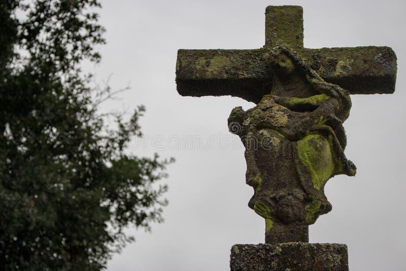 Antyczna kamienna statua z rujnować maryja dziewica i jezus chrystus postaciami Stary krzyż z matką bóg i barwiarskie Jesus posta zdjęcia royalty free
