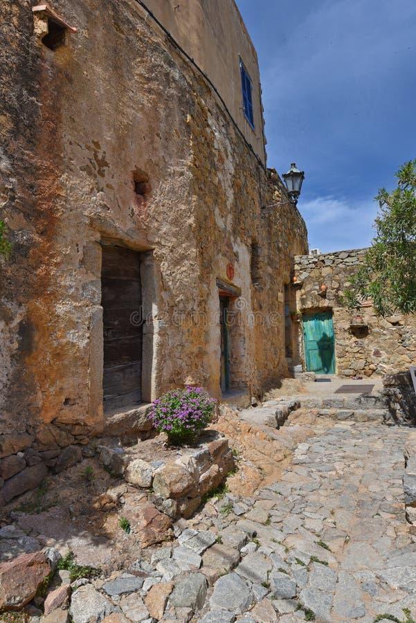 Antyczna kamienna ulica w Korsykańskiej wiosce Pigna obraz stock