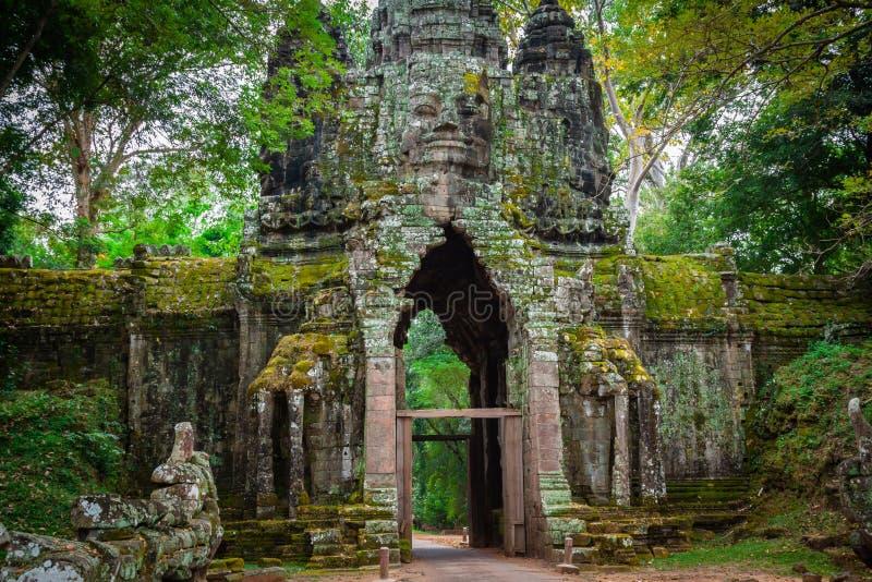 Antyczna Khmer architektura Zadziwiający widok Bayon świątynia przy słońcami obrazy stock