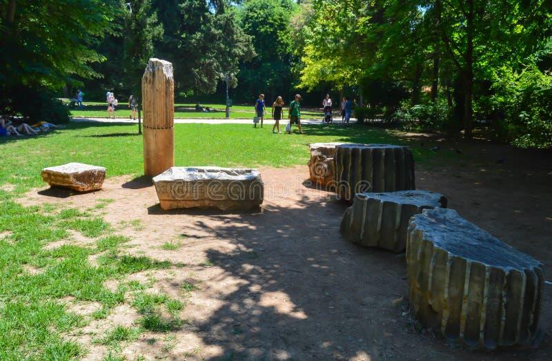 Antyczna kolumna w obywatela ogródzie w Ateny, Grecja na Czerwu 23, 2017 zdjęcia stock