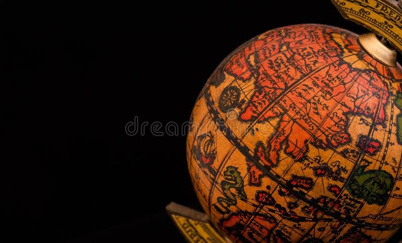 Antyczna kuli ziemskiej replika z mapą Azja Wschodnia kraje na Wschodniej hemisferze podczas wieka odkrycie na czarnym tle z zdjęcie royalty free