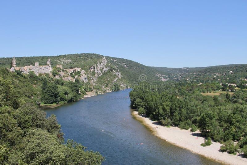 Antyczna mała wioska przegapia Ardèche rzekę zdjęcie royalty free