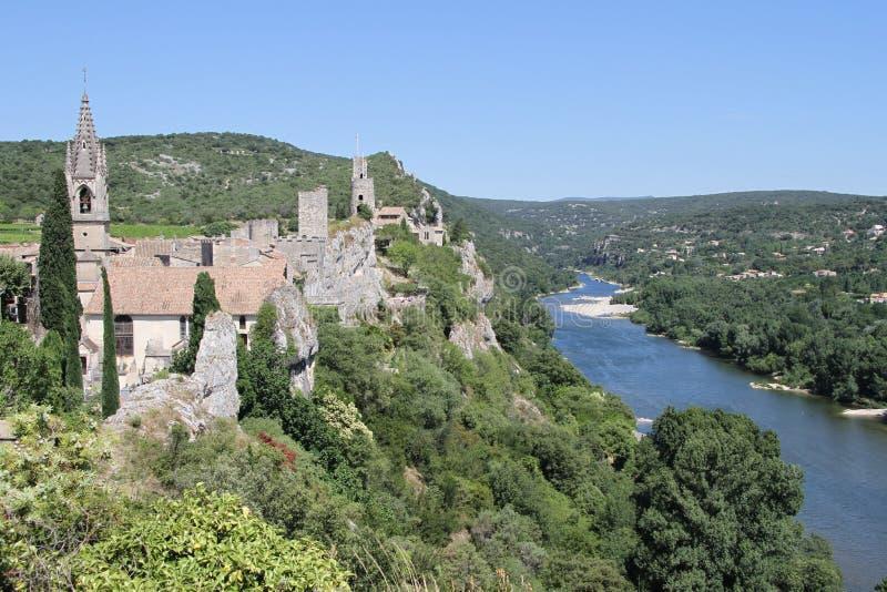 Antyczna mała wioska przegapia Ardèche rzekę obrazy royalty free