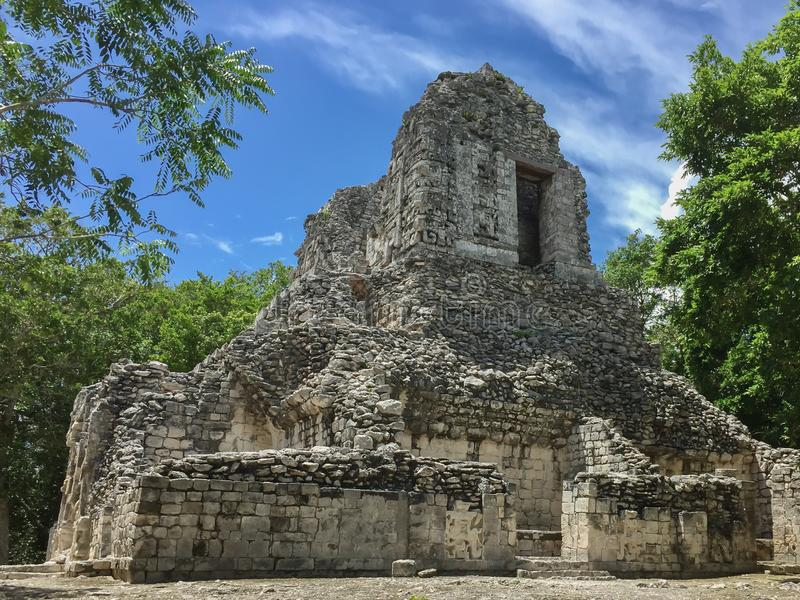 Antyczna majowie ruina w Xpujil, Campeche, Meksyk obsiadanie po środku dżungli zdjęcia royalty free