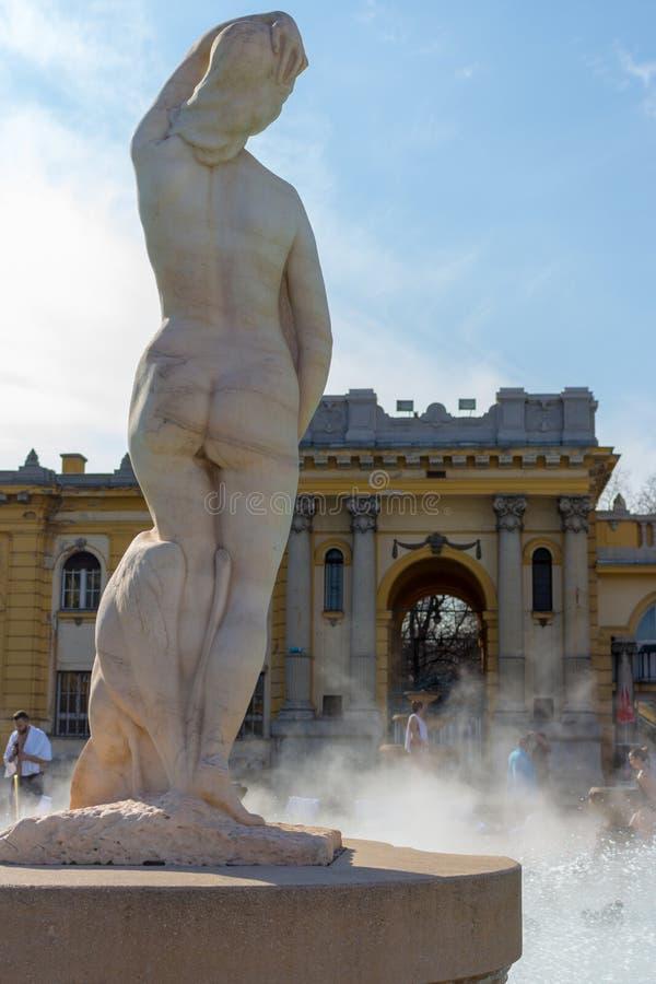 Antyczna marmurowa kobiety statua w termicznych skąpaniach Széchenyi, Budapest, Węgry średniowieczna sztuki Kobiety rzeźby z pow obrazy royalty free