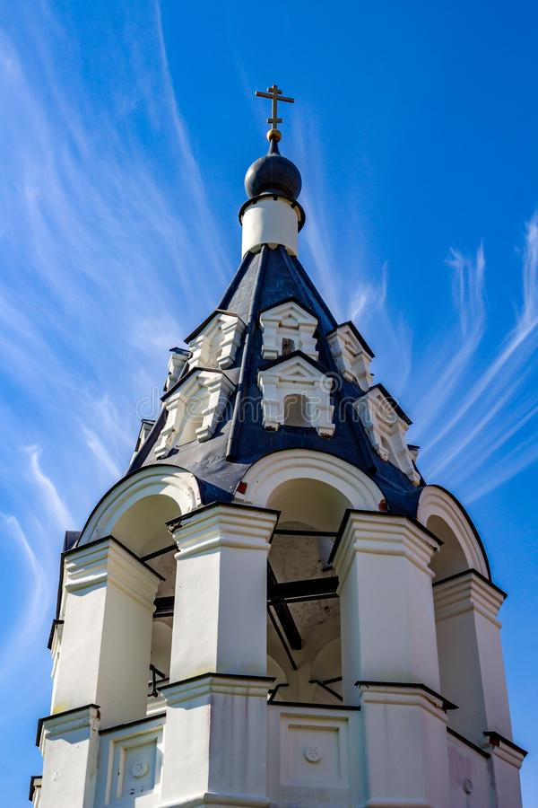 Antyczna namiotowa dzwonnica xvii wiek Ilyinsky kościół w wiosce Ilinskoe zdjęcia stock