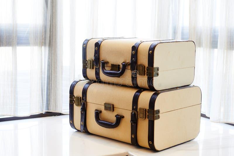 Antyczna podróży walizka na windowsill zdjęcia royalty free