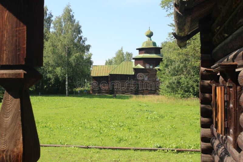 Antyczna rosyjska drewniana wioska na słonecznym dniu zdjęcia stock