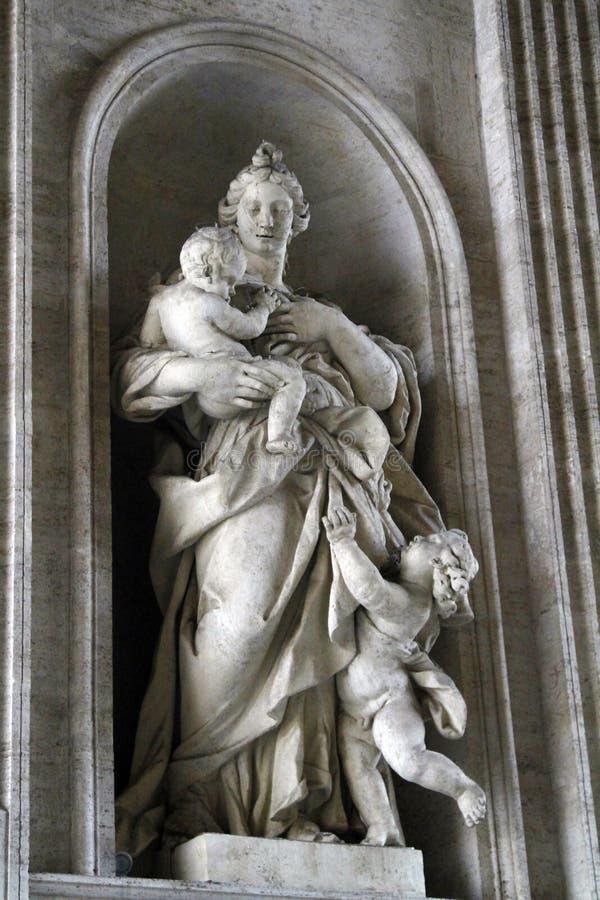 antyczna rzymska statua matka i dwa dziecka obraz royalty free