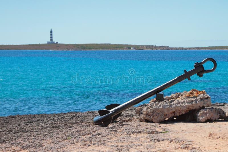 Antyczna statek kotwica na wybrzeżu denna zatoka Punta Prima, Minorca, Hiszpania zdjęcia royalty free