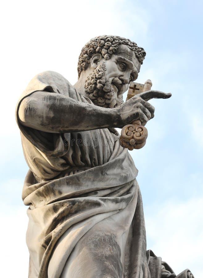 antyczna statua Świątobliwy Peter z brodą i klucze wewnątrz w zdjęcia stock
