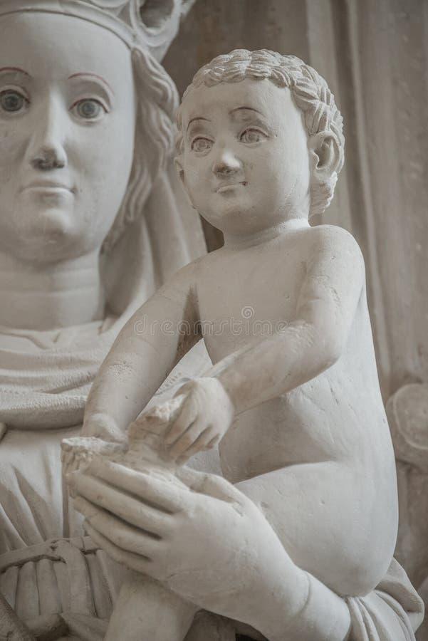 Antyczna statua Maria i Chris jako dziecko przy jej rękami, Magdebur fotografia royalty free