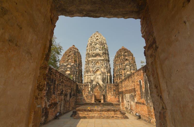 Antyczna stupa przy Watem Si Sawai, Sukhothai Dziejowy park, Tajlandia fotografia stock