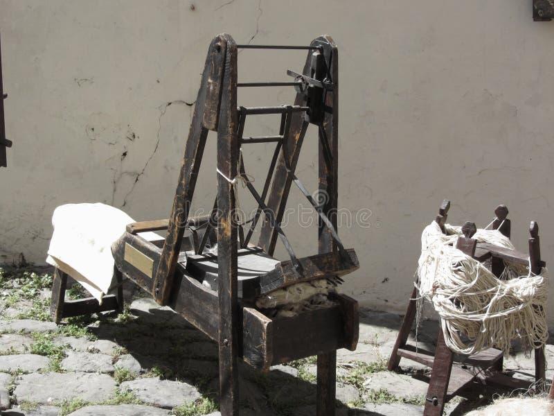 Antyczna wełny gręplowania maszyna i surowej wełny przędza obrazy stock