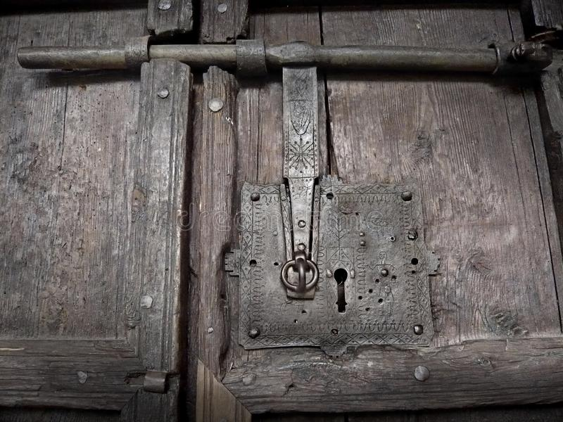 Antyczna zapadka w średniowiecznym drewnianym drzwi fotografia royalty free