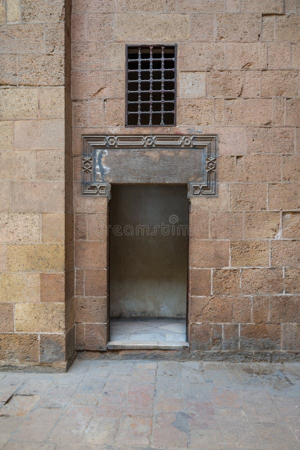 Antyczna zewnętrznie stara dekorująca cegły kamienna ściana i rozpieczętowany drzwi, Kair, Egipt obraz stock