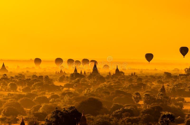 Antyczne świątynie Bagan z wydźwignięcie balonu backgrou (poganin) zdjęcia royalty free