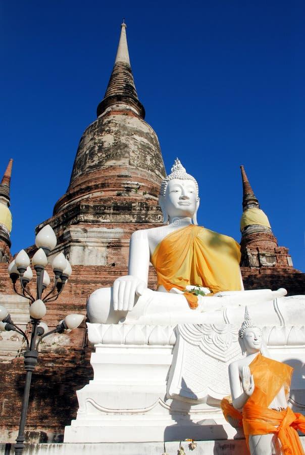Antyczne białe Buddha statuy i rujnująca pagoda, Tajlandia fotografia royalty free