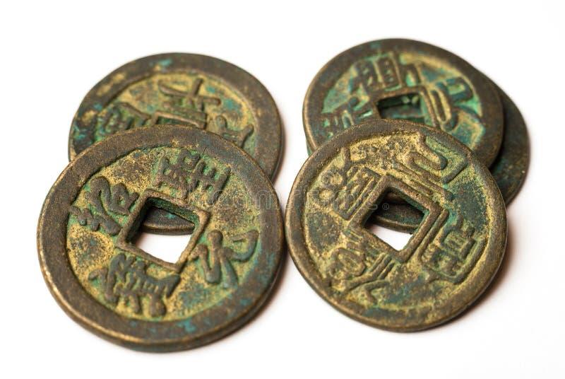 Antyczne brązowe monety Chiny na bielu obrazy royalty free