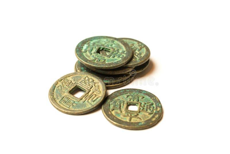 Antyczne brązowe monety Chiny na bielu obrazy stock