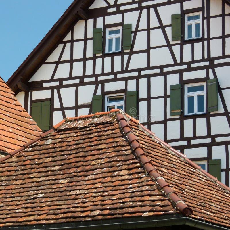 Antyczne dachowe płytki przed kratownicowym façade zdjęcie royalty free