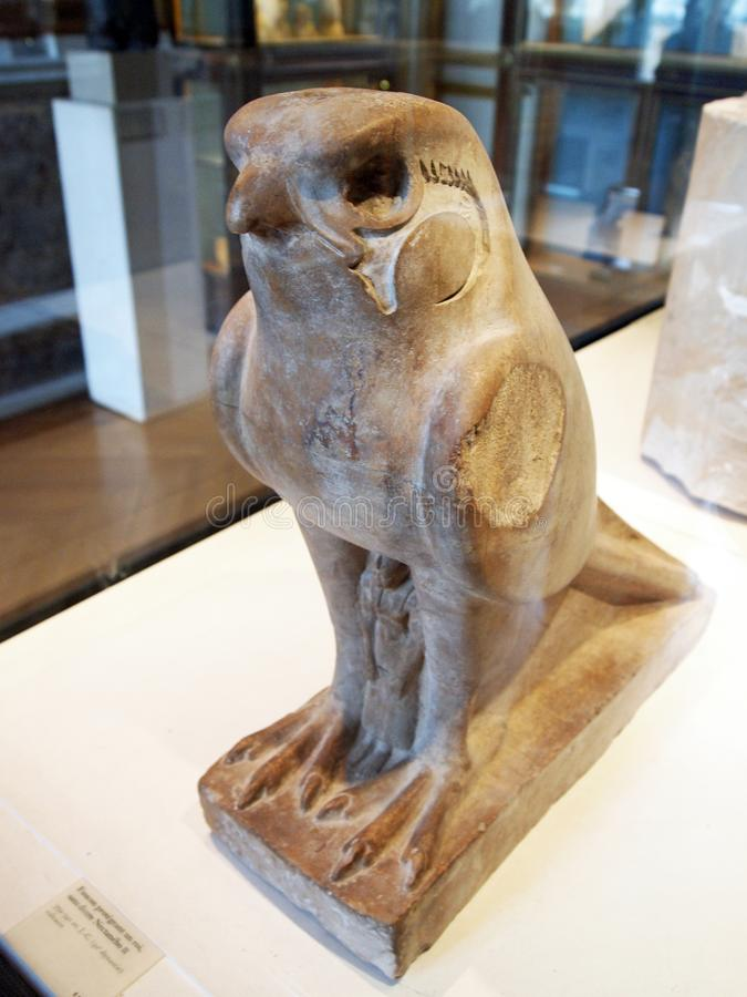 Antyczne egipcjanina kamienia statuy, sowa, louvre muzeum, Paryż, Francja obrazy stock