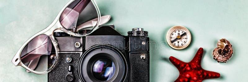 Antyczne kamery, kompasu i morza pamiątki na błękitnym tle, fotografia royalty free