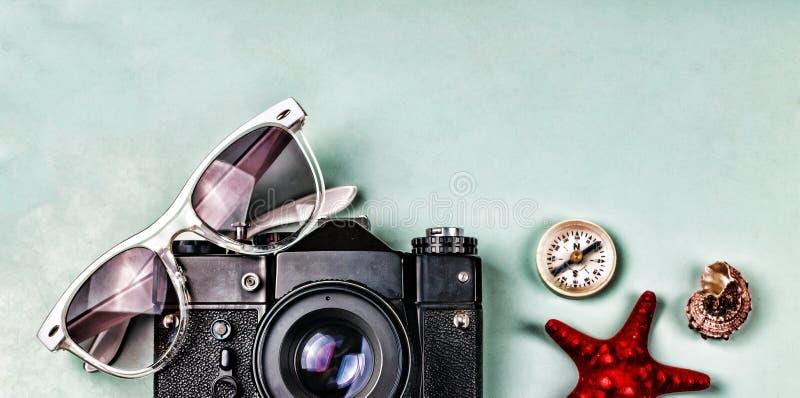 Antyczne kamery, kompasu i morza pamiątki na błękitnym tle, zdjęcie royalty free