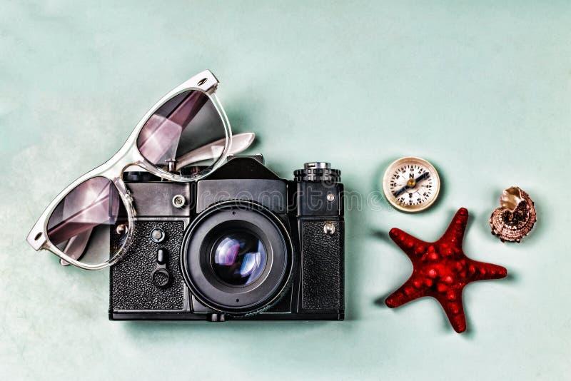 Antyczne kamery, kompasu i morza pamiątki na błękitnym tle, obrazy royalty free