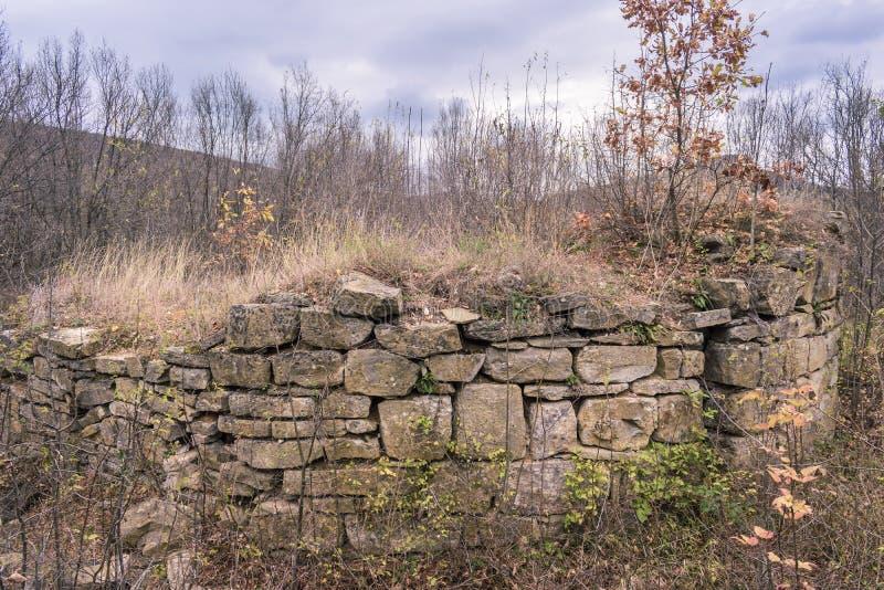 Antyczne kamień ruiny w lesie przy górą zdjęcie stock
