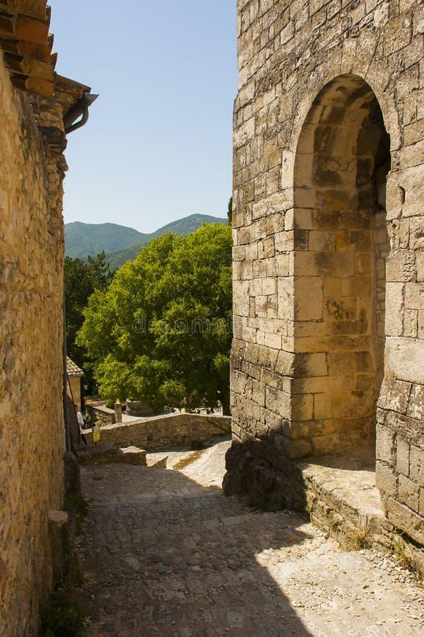 Antyczne kamienne ściany i wąskie żwir ulicy w historycznej Francuskiej wiosce Le Poeta Laval w Drome terenie Provence obrazy royalty free