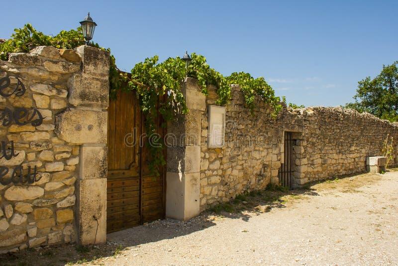 Antyczne kamienne ściany i wąskie żwir ulicy w historycznej wiosce Le Poeta Laval w Drome terenie Provence fotografia stock