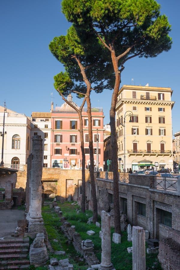 Antyczne kolumn ruiny otaczać nowożytnymi ulicami w Rzym, Włochy obrazy stock
