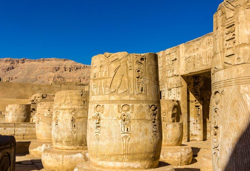 Antyczne kolumny w Medinet Habu świątyni zdjęcie stock