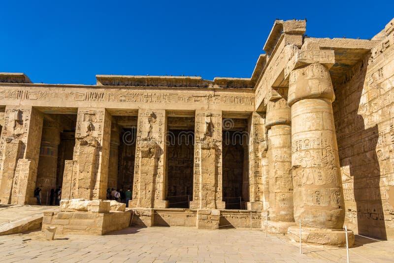 Antyczne kolumny w Medinet Habu świątyni fotografia royalty free