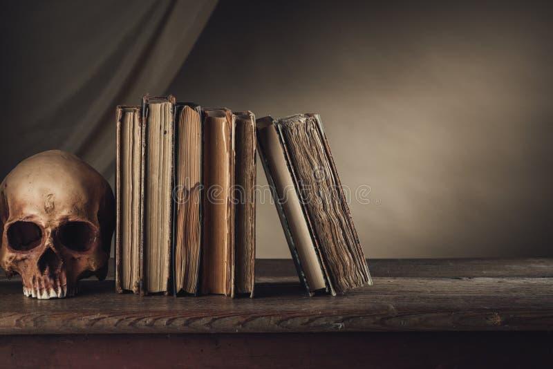 Antyczne książki z czaszką zdjęcia stock