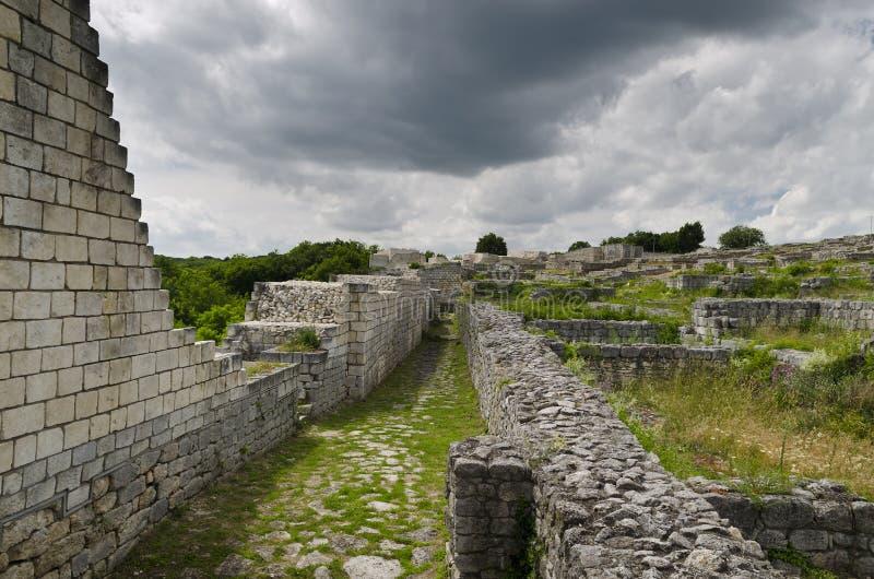 Antyczne ruiny średniowieczny forteca blisko do miasteczka Shumen obraz royalty free