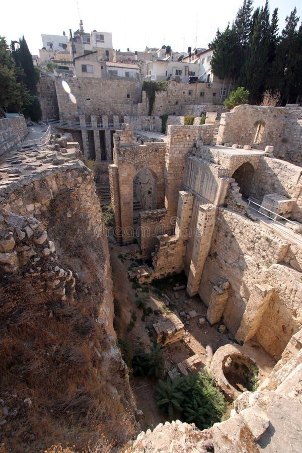 Antyczne ruiny baseny w Muzułmańskiej ćwiartce Jerozolima zdjęcia royalty free