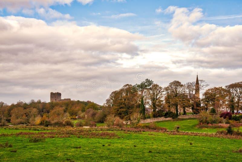 Antyczne ruiny Dundonald kasztel kościelny Spier o i wioska obrazy royalty free