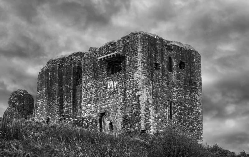 Antyczne ruiny Dundonald kasztelu Szkocja biel & czerń fotografia royalty free