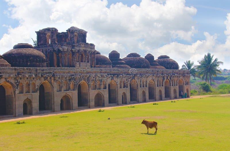 Antyczne słoń stajenki wśród ruin Hampi, India zdjęcie royalty free