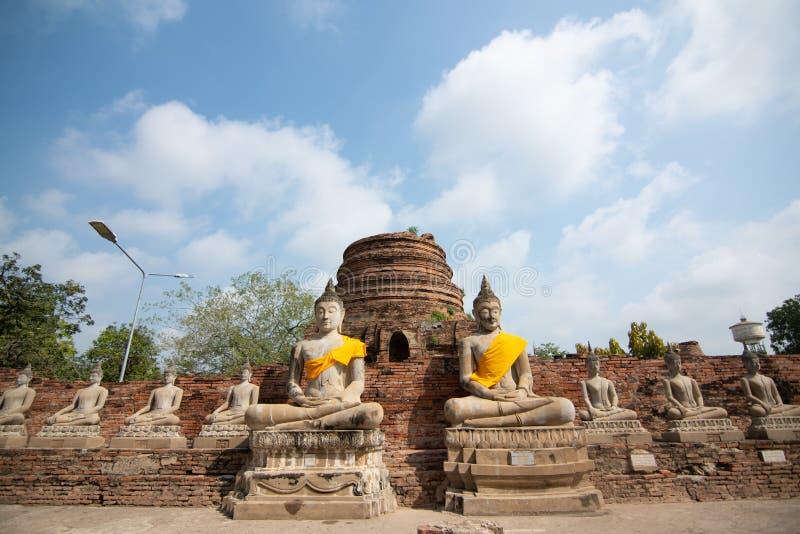 Antyczne statuy medytowa? Buddha obsiadanie przy Wata Yai Chaimongkol star? ?wi?tyni? w Ayutthaya, Tajlandia zdjęcia stock